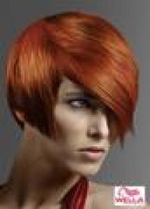 Krátke mikádo z rovných vlasov medenej farbi s dlhšou ofinou na ...